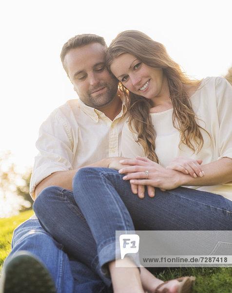 Paar umarmen Außenaufnahme