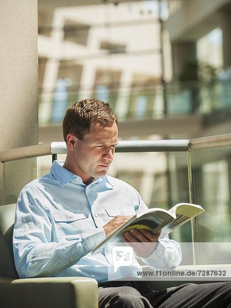 Portrait  Mann  Sessel  vorlesen