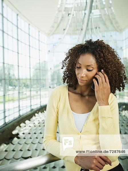 Portrait einer jungen Frau mit Mobiltelefon