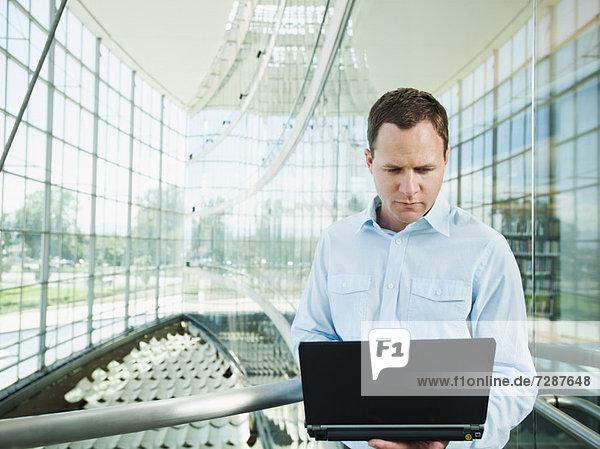 Portrait des Mannes mit laptop