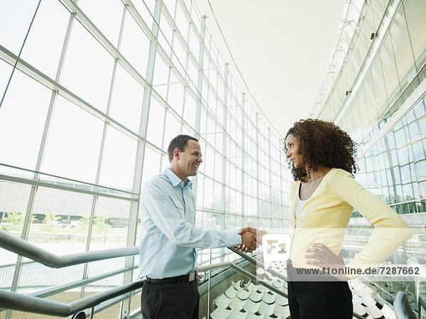 Frau  Mann  Hände schütteln  Handschlag  Büro