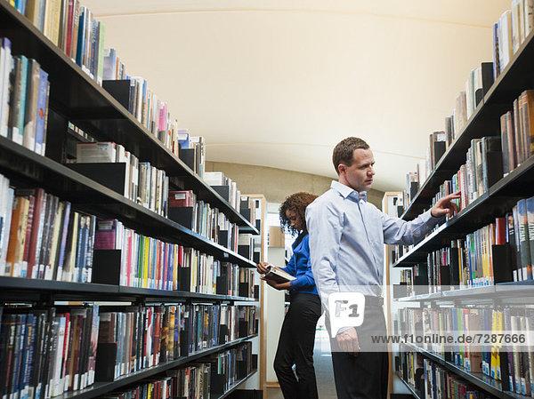 Bibliotheksgebäude Forschung Ansicht Mann und Frau