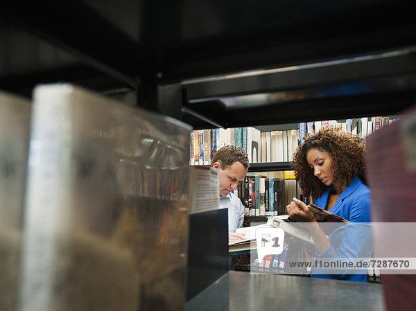 Frau  Mann  Bibliotheksgebäude  Forschung