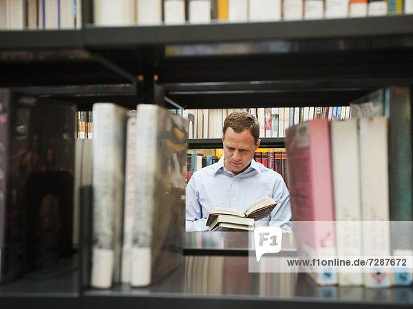 Mann  Bibliotheksgebäude  Forschung