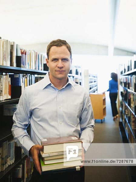 Mann Buch halten Bibliotheksgebäude