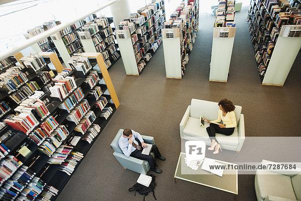Bibliotheksgebäude Ansicht Erhöhte Ansicht Aufsicht heben vorlesen Mann und Frau