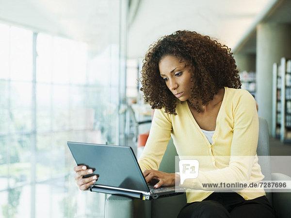 Portrait einer jungen Frau mit laptop