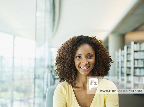 Portrait einer lächelnden Frau in office