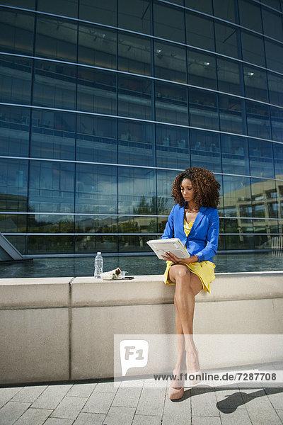benutzen  Frau  jung  Tablet PC  Fenstersims