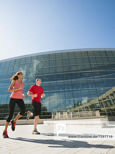 Außenaufnahme  Frau  Mann  Gebäude  Büro  joggen