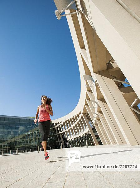 Frau  Gebäude  joggen  jung  vorwärts  modern