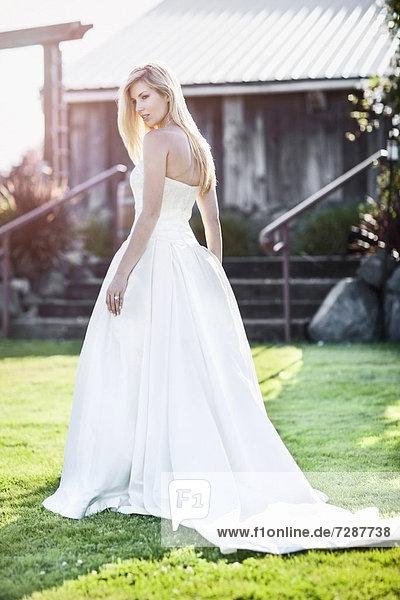 Außenaufnahme  Portrait  Braut  gehen  freie Natur