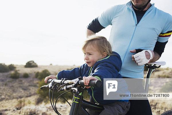 Berg  Junge - Person  Menschlicher Vater  2-3 Jahre  2 bis 3 Jahre