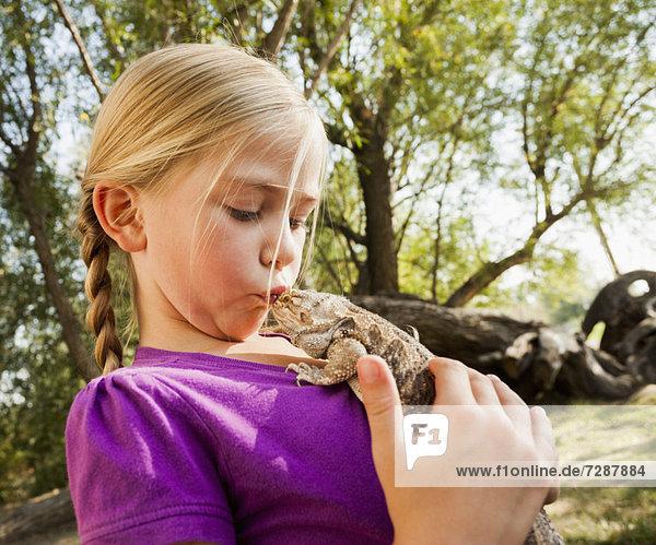 küssen  klein  5-6 Jahre  5 bis 6 Jahre  Mädchen  Echse