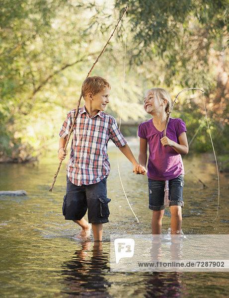 Zusammenhalt gehen Junge - Person klein Stange halten angeln 5-6 Jahre 5 bis 6 Jahre 5-9 Jahre 5 bis 9 Jahre Mädchen