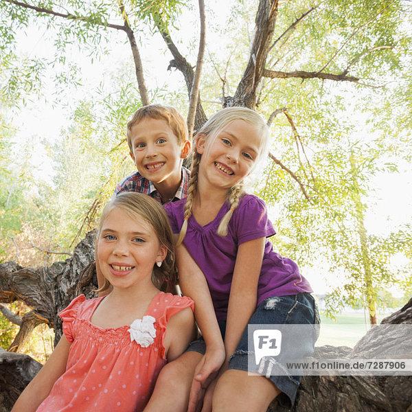 Portrait  lächeln  Baum  groß  großes  großer  große  großen  5-9 Jahre  5 bis 9 Jahre