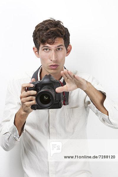 Portrait  gestikulieren  weiß  Retro  Hintergrund  Fotoapparat  Kamera  Fotograf  jung
