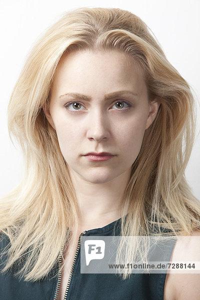 Portrait  Europäer  Frau  weiß  Hintergrund  jung