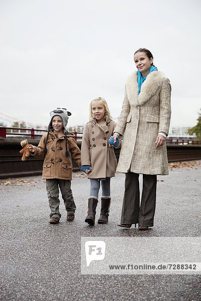 Zusammenhalt  Frau  gehen  Wärme  Straße  Kleidung  jung