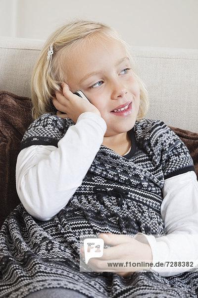 Handy  benutzen  Couch  jung  Mädchen