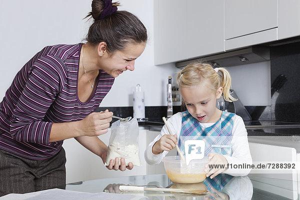 Zusammenhalt Fröhlichkeit Küche backen backend backt Tochter Mutter - Mensch