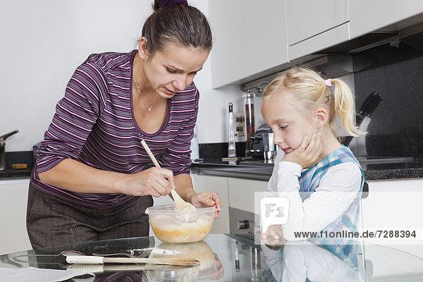 kochen sehen Küche Mädchen Mutter - Mensch