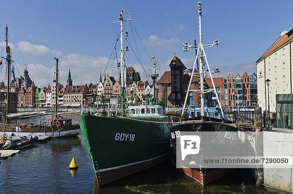 Europa Gebäude Boot Brücke vertäut frontal lang langes langer lange Danzig Polen