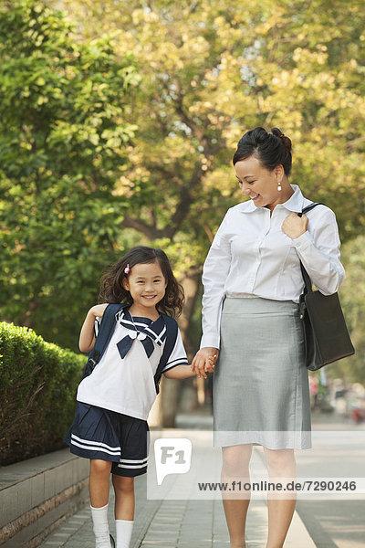 gehen  chinesisch  Schule  Tochter  Mutter - Mensch