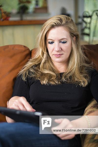 USA  Texas  Mittlere erwachsene Frau mit digitalem Tablett