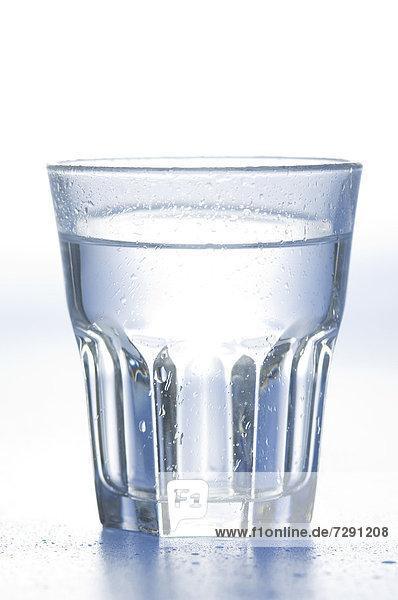 Wasserglas auf weißem Hintergrund