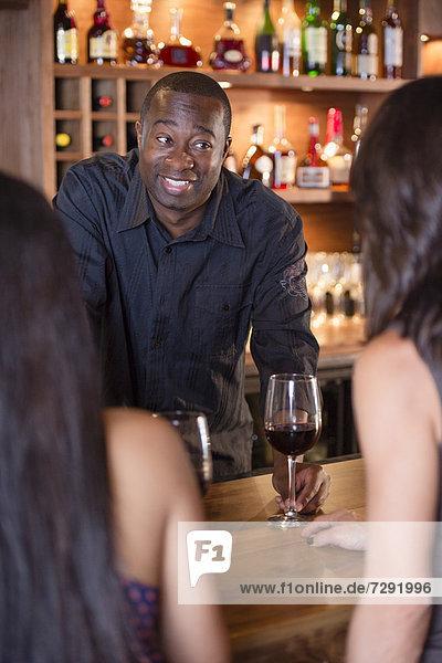 geben  amerikanisch  Kunde  Barkeeperin