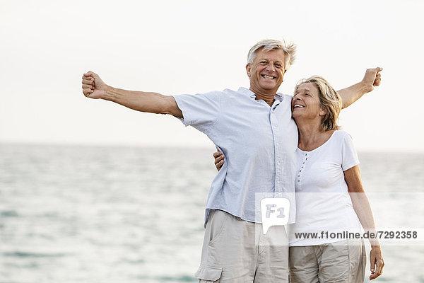 Spanien  Seniorenpaar mit Spaß am Meer