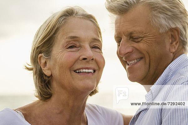 Spanien  Seniorenpaar am Meer