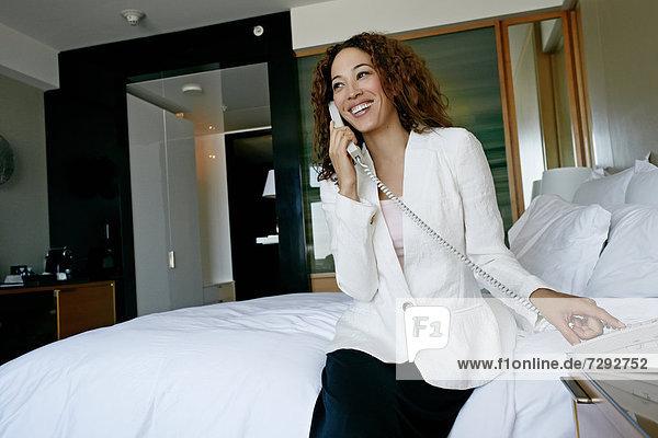 benutzen  Geschäftsfrau  Zimmer  Telefon  Hotel  mischen  Mixed