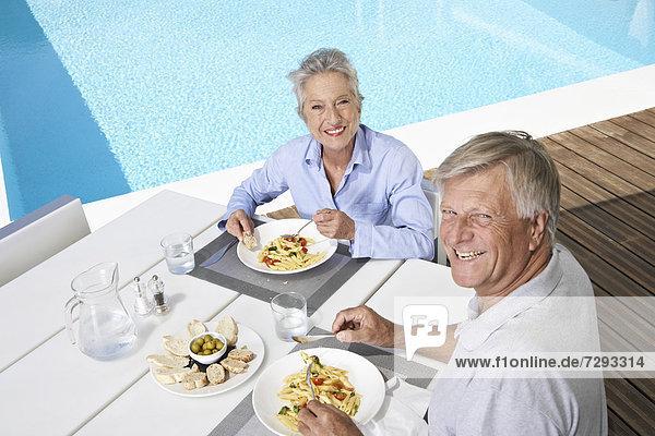 Spanien  Seniorenpaar beim Mittagessen auf Mallorca
