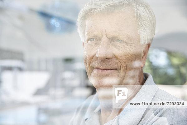 Spanien  Mallorca  Senior denken hinter dem Fenster