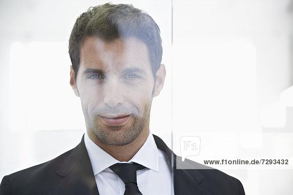 Spanien  Geschäftsmann vor der Tür  Portrait