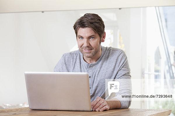 Mann mit Laptop  Portrait