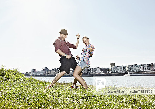 Deutschland  Köln  Paar spielt Luftgitarre