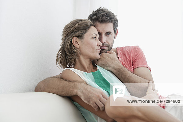 Spanien  Mittleres erwachsenes Paar auf der Couch sitzend