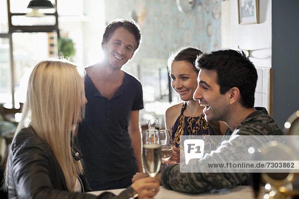 Gruppe glücklicher Freunde mit Weingläsern im Salon