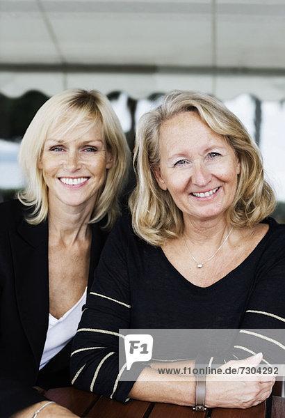 Portrait von glücklichen Geschäftsfrauen im Büro