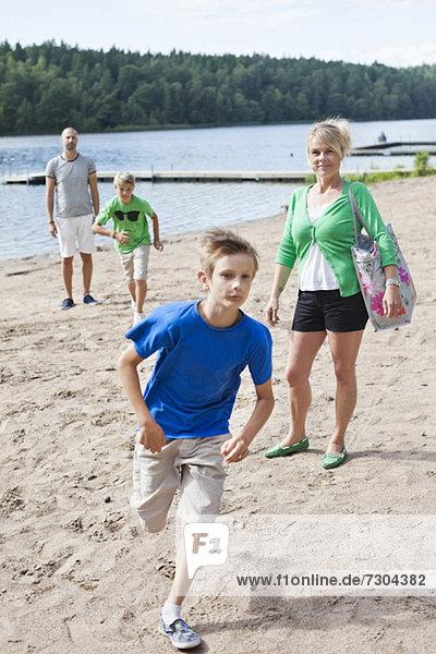 Kaukasische Familie verbringt Freizeit am Strand