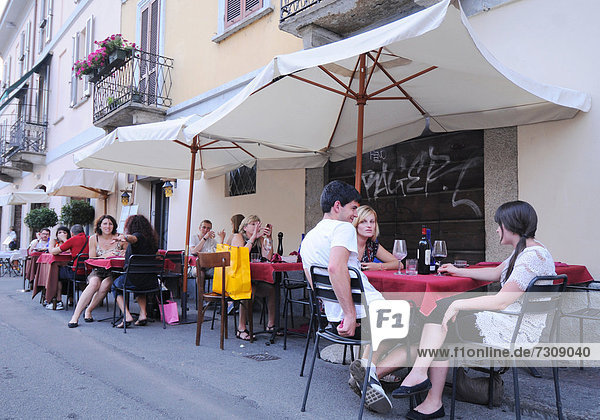 Italien  Lombardei  Mailand Cafe entlang der Naviglio