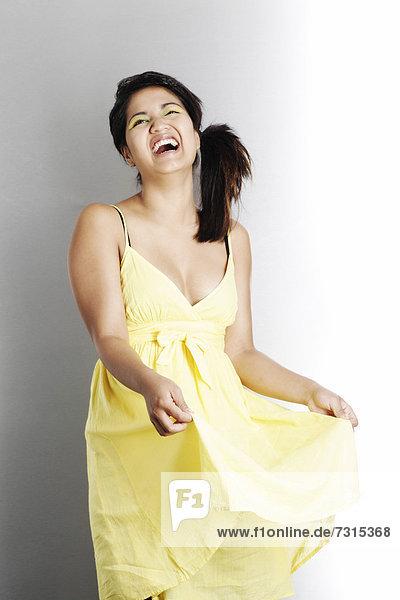 Frau mit gelbem Kleid lacht