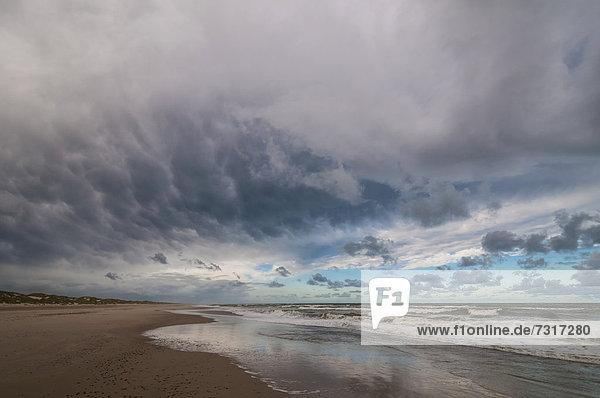 Dramatische Wolkenbildung am Nordseestrand  Henne Strand  Westjütland  Dänemark  Europa