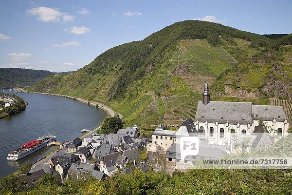 Ausblick von Burg Metternich auf den Ort mit der Karmeliterkirche und das Moseltal,  Beilstein,  Mosel,  Rheinland-Pfalz,  Deutschland,  Europa