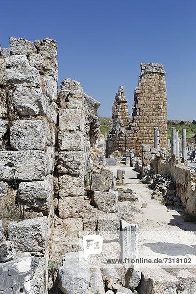 Hellenistisches Stadttor  Ruinen der ovalen Türme  Perge  Aksu  Türkische Riviera  Antalya  Türkei  Asien