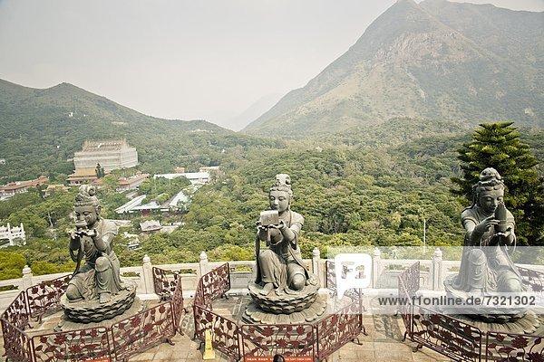 Statuen am Tian Tan Buddha  Lantau Island  Hong Kong  China