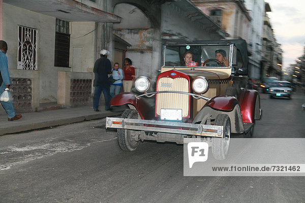 Oldtimer in einer Straße in Havanna  Kuba  Amerika
